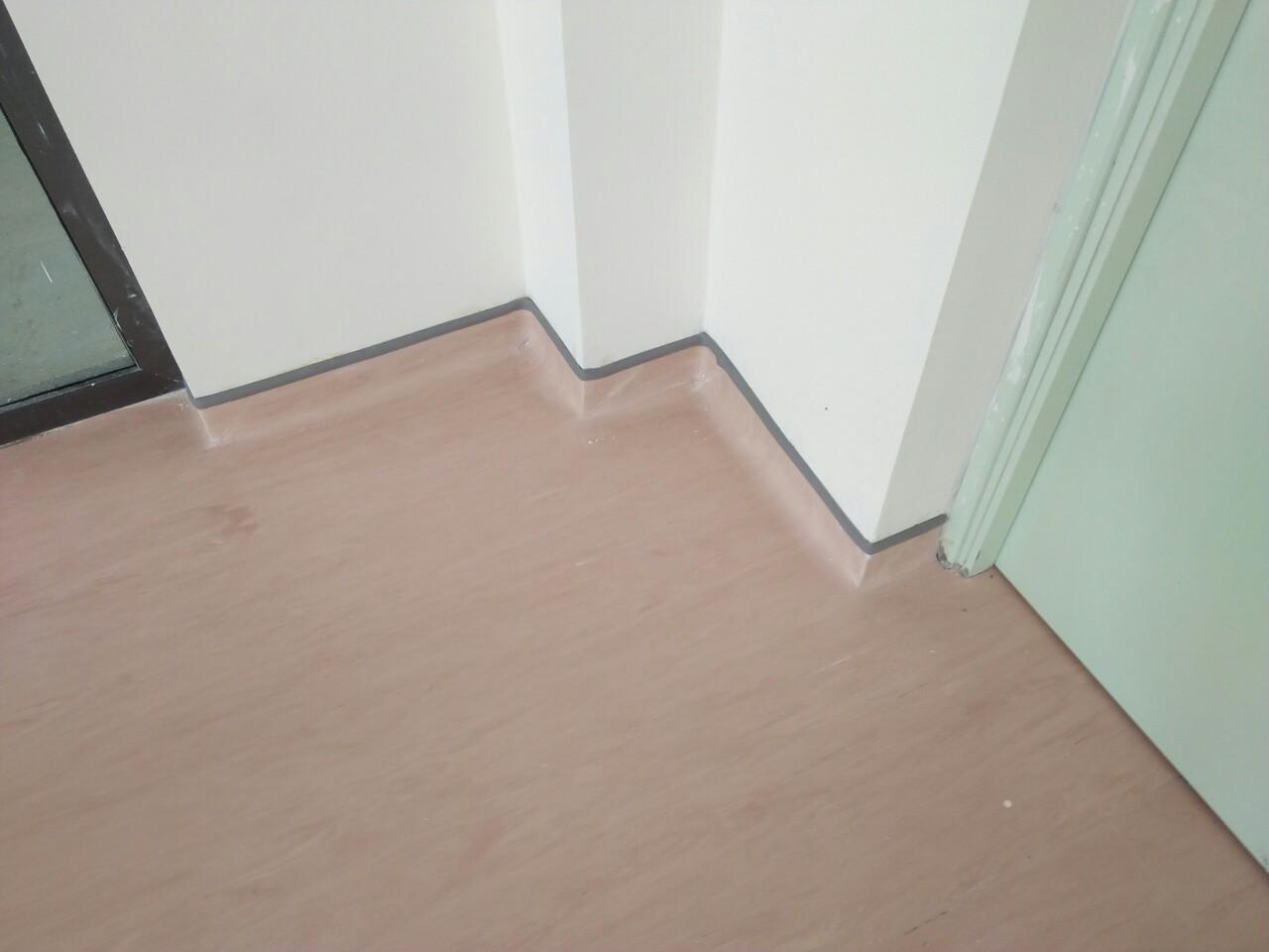 vị trí góc tường sử dụng nẹp kết thúc cho vinyl đồng nhất Gerflor .